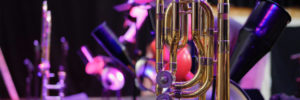 Trompete und andere Instrumente im Hintergrund