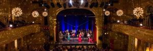 Heimathafen Saal mit Publikum und Musikern auf der Bühne