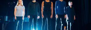 Das Ensemble der Mittelmeer Monologe nebeneinander auf der Bühne des Heimathafen Neukölln