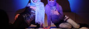 Foto aus der Inszenierung ArabQueen. Zwei Frauen mit Kopftuch und Sonnenbrille posieren für die Kamera