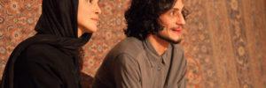 Bild aus Inszenierung, zwie Schauspieler (Mann und Frau) blicken in die Ferne