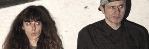 Die beiden Darsteller in Haround stehen vor einer Wand und werden von einem Video-Beamer-Licht geblendet