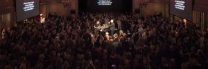 Der Saal des Heimathafen voller gemeinsam singender Menschen