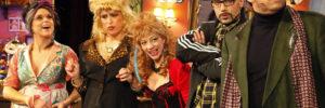 5 Darsteller in Kostümen stehen aufgereit nebeneinander