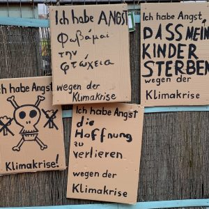 Saalbau Neukölln mit Plakaten zur Klimakrise