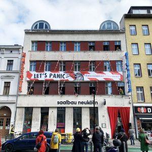 "Fassade Saalbau Neukölln mit Banner ""Lets Panic"""